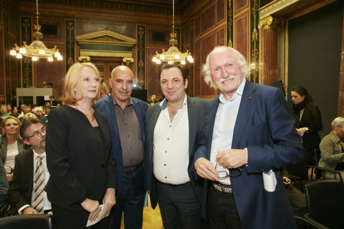 von links: Nationalratspräsidentin Doris Bures (S), Friedensnobelpreisträger 2015 Abdessattar Ben Moussa, President des syrischen Center for Media and Freedom of Expression Mazen Darwish, Organisator des Alfred Fried Photography Award Lois Lammerhuber