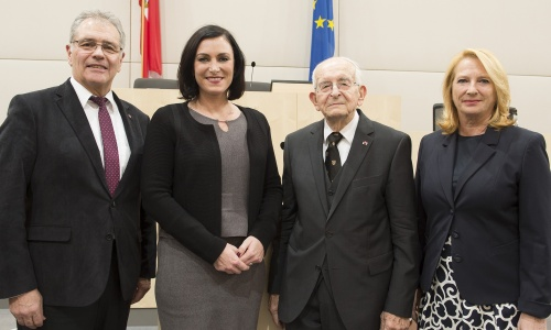 Von links: Bundesratspräsident Edgar Mayer (V), Nationalratspräsidentin Elisabeth Köstinger (V), Univ.-Prof. Dr. Gerald Stourzh, Zweite Nationalratspräsidentin Doris Bures (S)