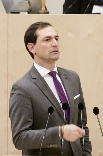 Nationalratsabgeordneter Christian Ragger (F) am Rednerpult