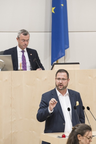 Am Rednerpult: Nationalratsabgeordneter Christian Hafenecker (F). Am Präsidium: Nationalratspräsident Norbert Hofer (F)
