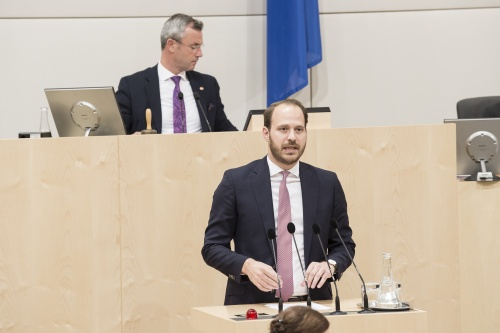 Am Rednerpult: Nationalratsabgeordneter Nikolaus Scherak (N). Am Präsidium: Nationalratspräsident Norbert Hofer (F)