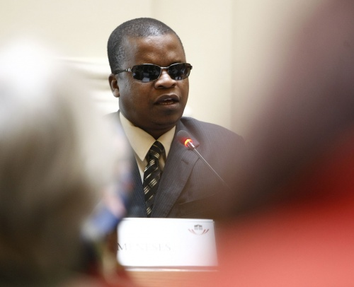 Isaù Meneses, Chair of the HIV/AIDS Committee Mozambique, am Mikrofon.