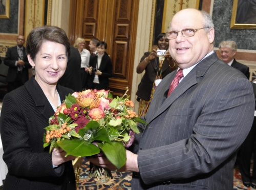 Mr. William Paul Angrick II- International Ombudsman Institute  (re) überreicht  Mag.<sup>a</sup> Barbara Prammer - Nationalratspräsidentin, einen Blumenstrauß