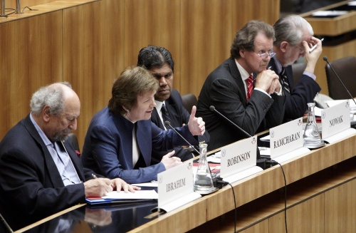 v.li.: Saad Ibrahim - Sociologist and Human Rights Activist, Mary Robinson - Former UN High Commissioner for Human Rights, Bertrand Ramcharan - Former UN Deputy Hich Commissioner for Human Rights, Manfred Nowak - UN Special Rapporteur on Torture and other Cruel, Inhuman or Degrading Treatment or Punishment und Paulo Sergio Pinheiro - Rapporteur on Children, Inter-Amercian Commision on Human Rights