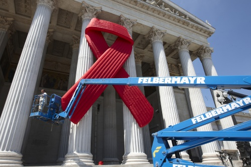Montage des Red Ribbons am Hauptportal des Parlaments