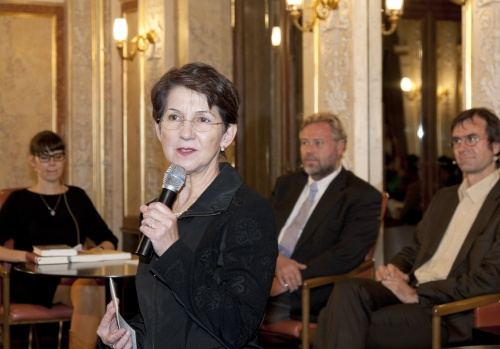 Mag.<sup>a</sup> Barbara Prammer - Präsidentin des Nationalrates am Mikrofon