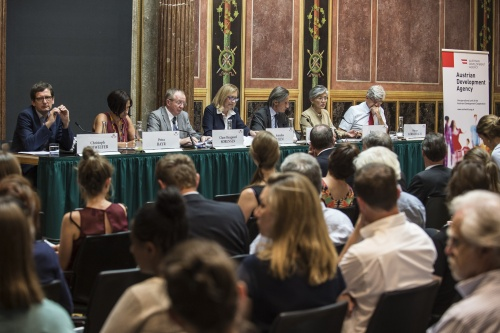 Podiumsdiskussion - 'Humanitarian Aid – Too important to fail'