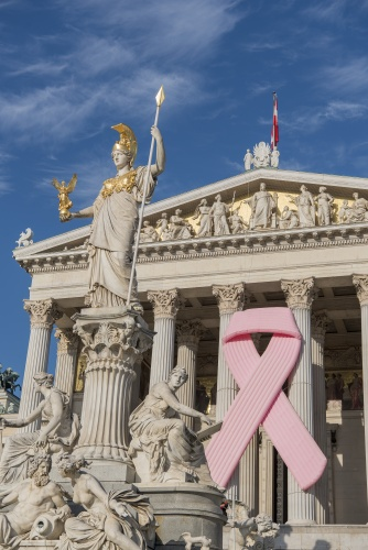 Pink Ribbon am Parlamentsgebäude aus Anlass des Internationalen Brustkrebstages am 1. Oktober